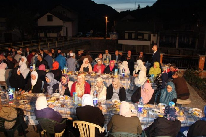 Ramazanska noć povratnika – iftar u Jezeru (FOTO)