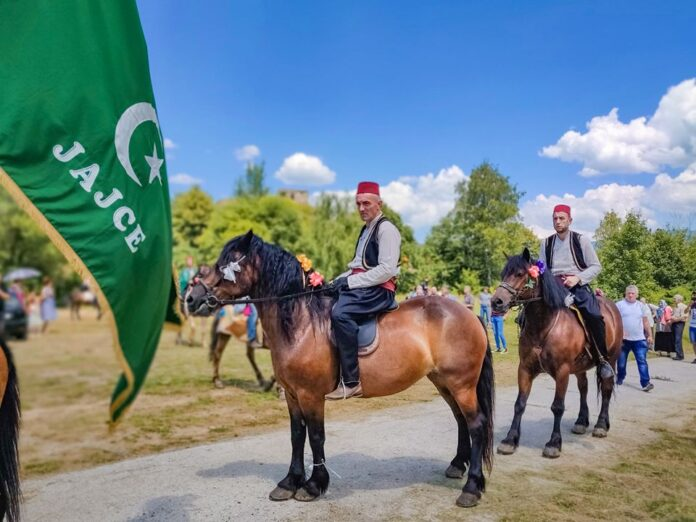 Ispraćaj konjanika iz Jajca na Ajvatovicu (FOTO)