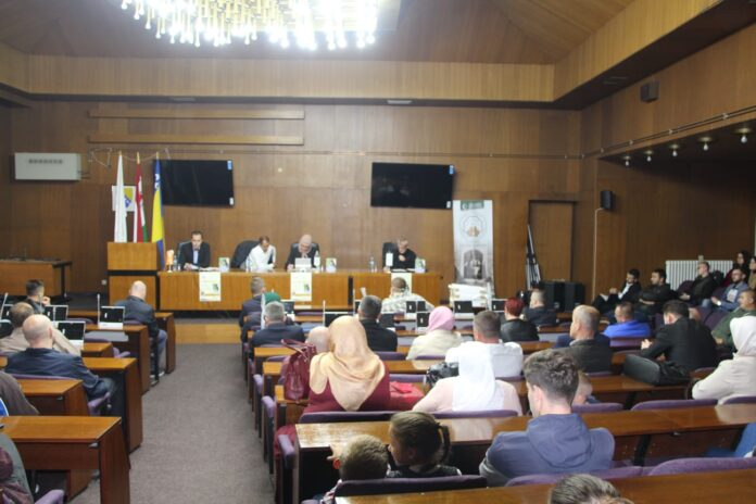 U Jajcu održana promocija knjige o Srebrenici i izložba slika 'Bosnom gizdavom' (FOTO)